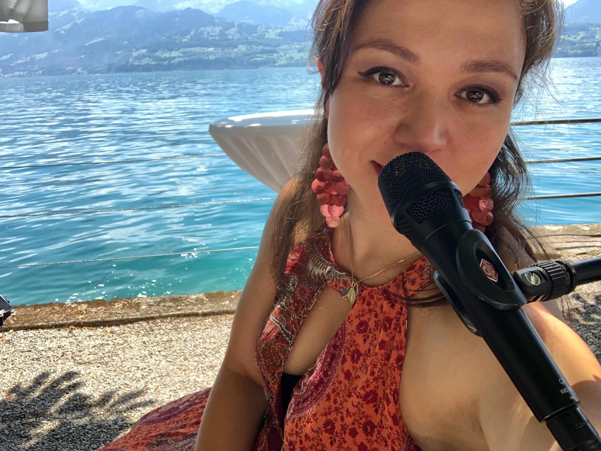 Hochzeitssängerin Jasmin von Wedding Voice Schweiz - freie Trauung Schweiz am See