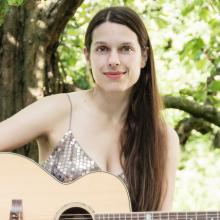hochzeitssangerin-pamela-mendez-mit-gitarre