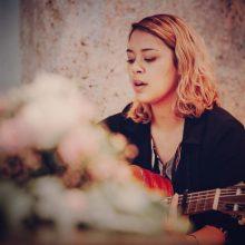 Hochzeitssängerin Larissa mit Gitarre